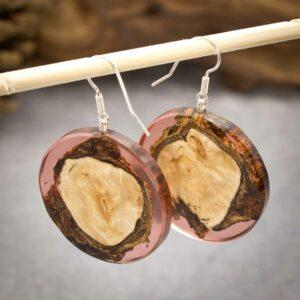kreativer Schmuck - Ohrhänger aus Holz und rotem Harz - e-typisch