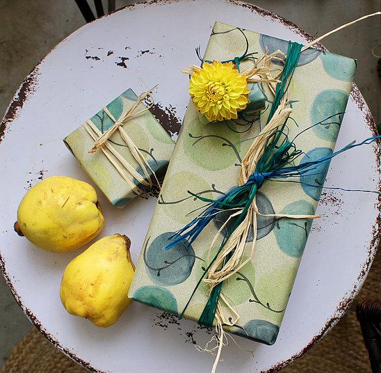 nachhaltiges Geschenkpapier aus Graspapier-Wasserkugeln