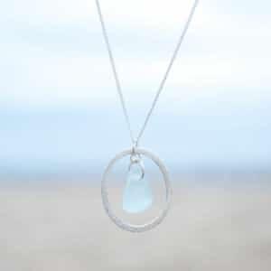 Seeglaskette hellblau in Silberring